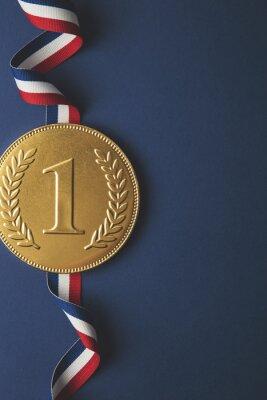 Gold erste Platz Siegermedaille auf einem dunkelblauen Hintergrund