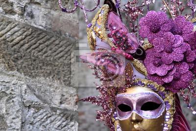 Goldene Maske mit Blumen und rosa Schmetterling, der Karneval in Venedig