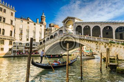 Gondel an der Rialto-Brücke in Venedig, Italien