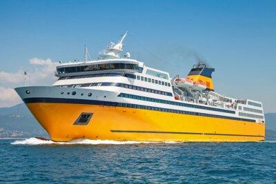 Sticker Große gelbe Passagierfähre fährt auf dem Meer