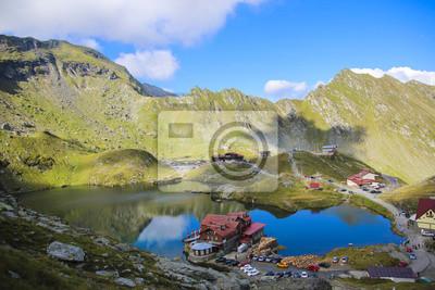Große Höhe Berglandschaft mit einem Haus am See