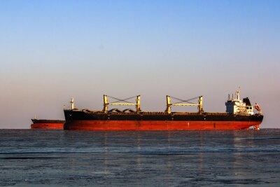 Sticker Große Tanker in der Warteschlange für das Laden von Öl in eisigen Meer