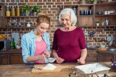 Großmutter und Enkelin Sieben Mehl