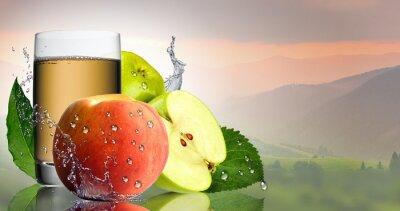 Sticker Grüner Apfel und Pfirsich mit einem Glas Saft.