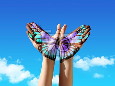 Hand und Schmetterling Hand-Malerei, Tattoo, über einen blauen Himmel