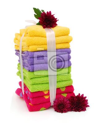 Handtücher und Blumen auf weißem Hintergrund