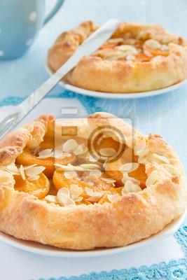 Hausgemachte Kuchen mit Aprikosen und Mandeln.