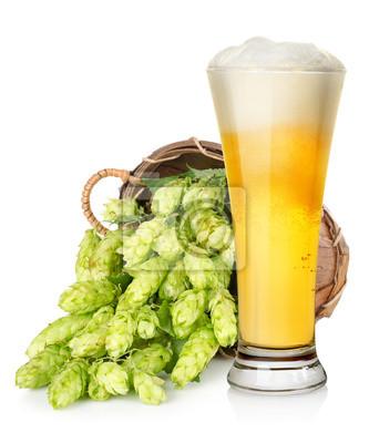 Helles Bier und Hopfen im Korb