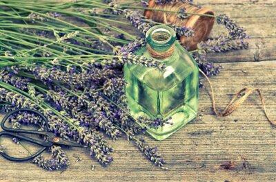 Sticker Herbal Lavendelöl mit frischen Blumen auf Holzuntergrund