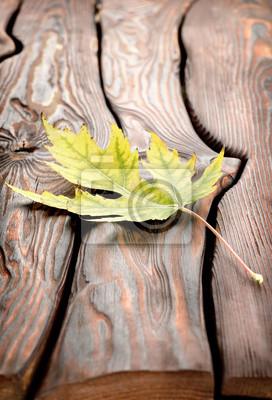 Herbstblatt auf einem Holztisch