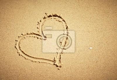 Herz auf Sand gezeichnet. Horizontale Komposition .