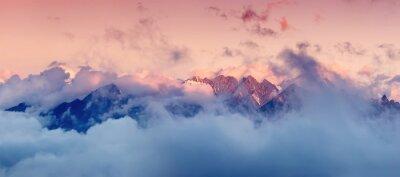 Sticker Hochgebirge in den Wolken bei Sonnenaufgang. Schöne Panorama-Landschaft