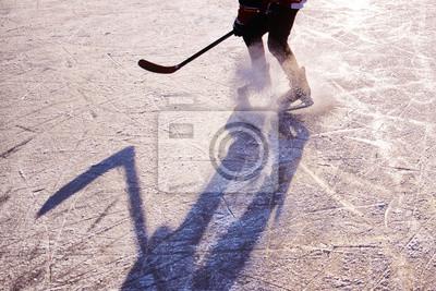 Hockey-Spieler auf dem Eis auf Sonnenuntergang - Schwarz-Weiß-Foto