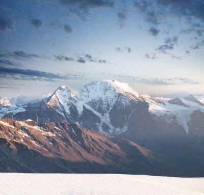 Sticker Hohe Berggipfel bei Sonnenaufgang. Schöne natürliche Landschaft im Sommer ..
