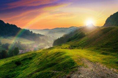 Hügel in der Nähe des Dorfes im Morgennebel