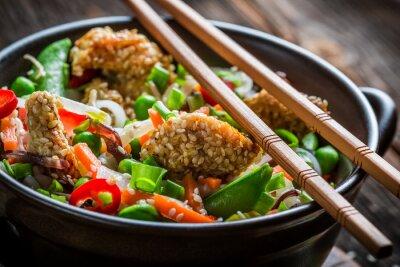 Sticker Huhn mit Sesam mit Gemüse und Nudeln