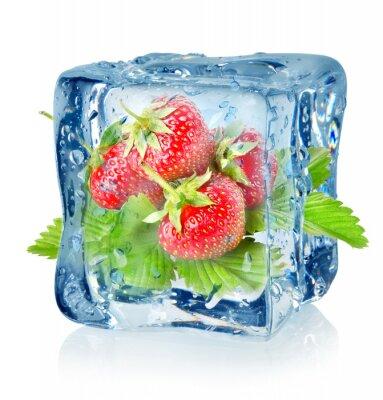 Ice Cube und Erdbeeren isoliert
