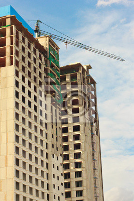 Im Bau Gebäude mit blauem Himmel