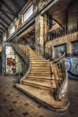 Sticker Imposanten Treppe in der Halle eines verlassenen Kraftwerk