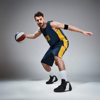 Sticker In voller Länge Porträt eines Basketball-Spieler mit Ball