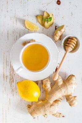 Sticker Ingwer-Tee und Zutaten auf weißem Holz Hintergrund