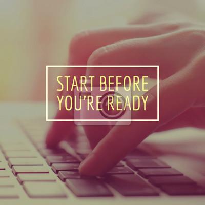 Inspirational Motivation Zitat über Unternehmen auf der Hand mit lapt