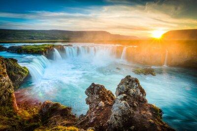 Sticker Island, Godafoss bei Sonnenuntergang, schöner Wasserfall, lange Belichtung