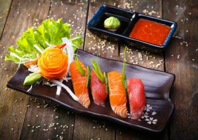 Sticker Japanische Lachs, Thunfisch-Sushi und Sauce closeup