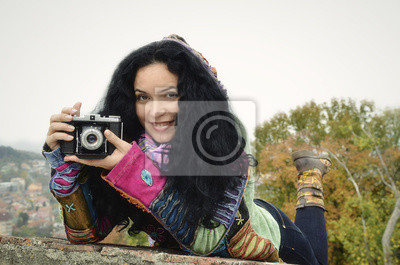 Junge Brünette Mädchen mit alten Foto-Kamera, die Bilder