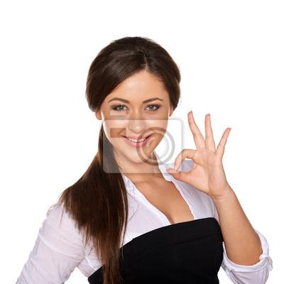 junge Frau zeigt OK-Zeichen auf weißem Hintergrund