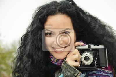 Junge schöne Brünette Frauen mit Fotokamera auf Film