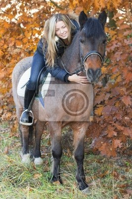 Junges Mädchen auf dem Pferderücken zu streicheln ein Pferd