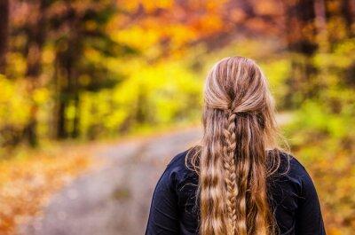 Junges Mädchen mit schönen Haaren Blick auf wunderbare Natur in bunten Herbst Wald. Original-Tapete mit Platz für Ihre Montage.