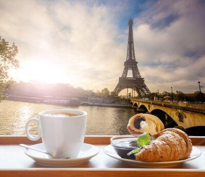 Sticker Kaffee mit Croissants gegen Eiffelturm in Paris, Frankreich