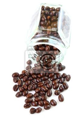 Kaffeebohnen in einem Glas auf weißem Hintergrund