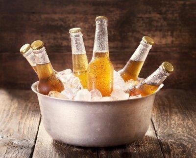 Sticker kalten Bierflaschen in Eimer mit Eis