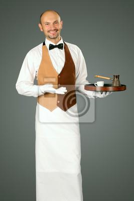 Kellner in Uniform mit Kaffeekanne und Tasse Kaffee.