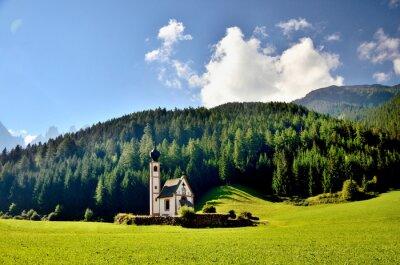 Kirche in den Ausläufern der Dolomiten. Funes-Tal, Dolomiten, Italien. Johanneskirche unter Herbstsonne