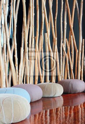 Kissensitz in ruhiger Innenraum für Meditation