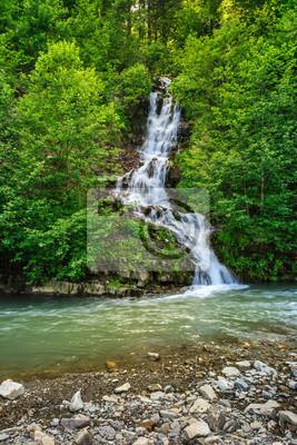 kleinen Wasserfall über einen kleinen Gebirgsbach
