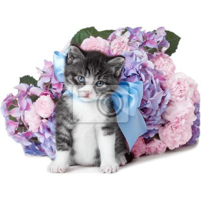 Kleines Kätzchen mit einem Bogen und Blumen