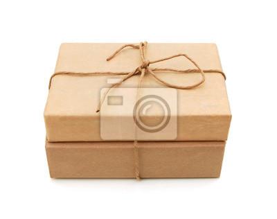 Kleines Päckchen in braunes Papier eingewickelt