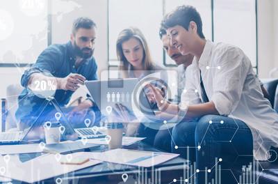 Sticker Konzept der digitalen Diagramm, Grafik-Schnittstellen, virtuelle Bildschirm, Verbindungen Symbol auf unscharfen Hintergrund.Coworking Team auf Business-Meeting.Group von Kollegen arbeiten mit Startup-