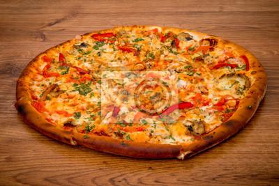 Köstliche frische Pizza serviert auf Holztisch