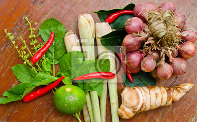 Kräuter und Gewürze auf Thai würzige Suppe machen