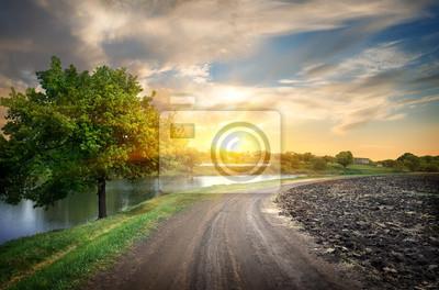 Landstraße und Fluss