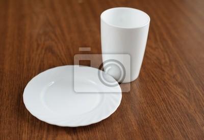 leeren Teller und Glas auf einem Tisch