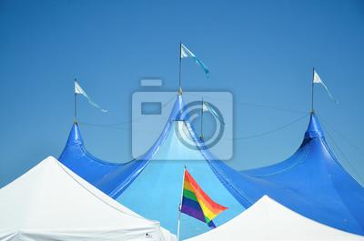 LGBT-Flagge in der Nähe der Bühne unter schönen blauen Himmel