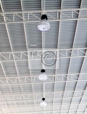 Licht auf dem Dach des modernen Lagerhaus