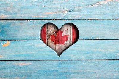 Sticker Liebe Kanada. Herz und Flagge auf einem blauen Holzbrett